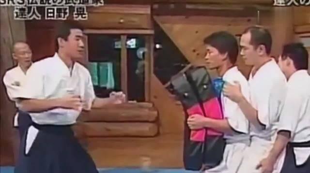 日本大师一招隔山打牛出神入化,隔着俩人打飞最后一人