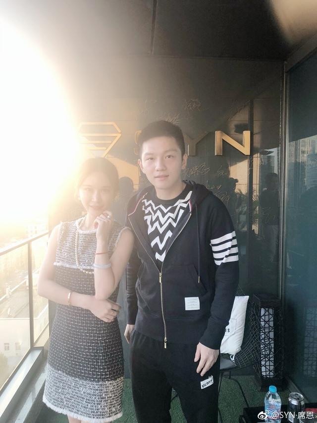 郎才女貌超养眼!樊振东与美女合影引热议,遭网友调侃:孩子长大了!