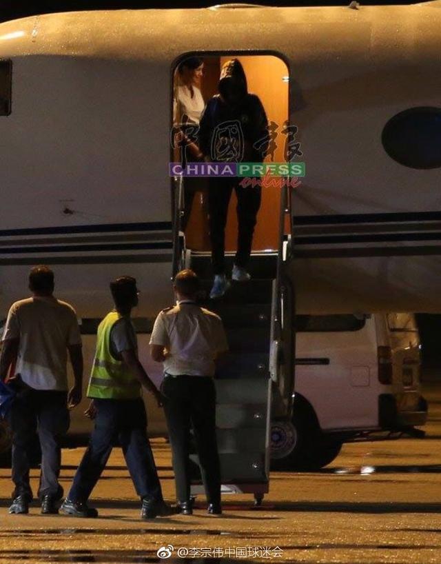 大马媒体曝光李宗伟回国照片:帽子口罩全副武装,亲自驾车离开机场