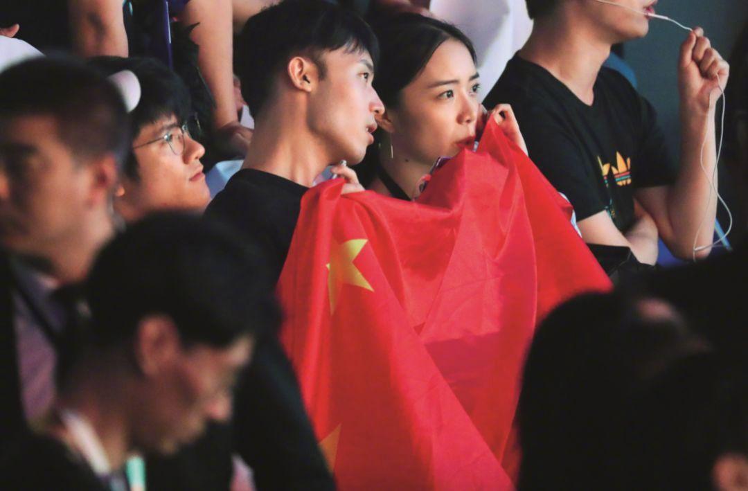 8月29日,雅加达亚运会电竞项目英雄联盟(LOL)决赛现场的中国观众(@视觉中国图)