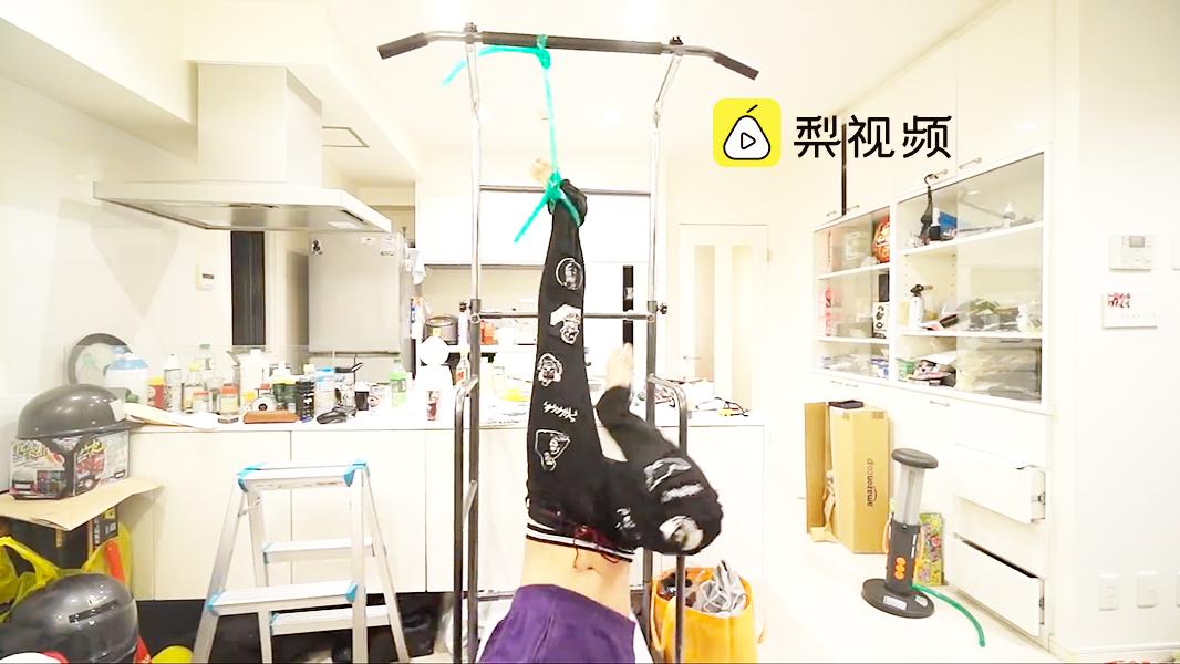 花样作死!日本网红小哥在家里玩蹦极。生活不易,网红也不好当啊!