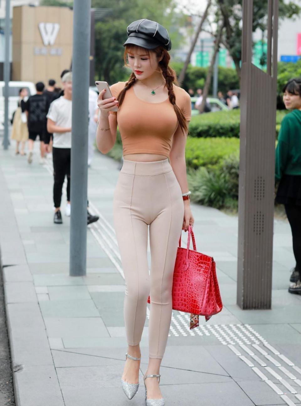 街拍: 穿着时尚紧身裤的美女, 走在大街上非常抢眼!
