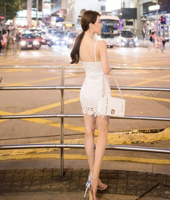 街拍:知性美女身材丰满,a知性的面容惹人注目!英文诗句美女图片