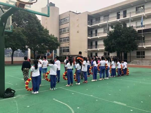 """长沙60余小学生被""""罚跪"""" 学校:天大错事 解聘老师"""