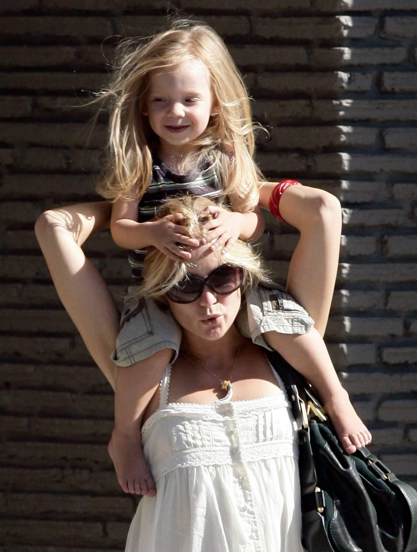 39岁的凯特·哈德森晒新生女儿照片,网友:这基因过分强大了