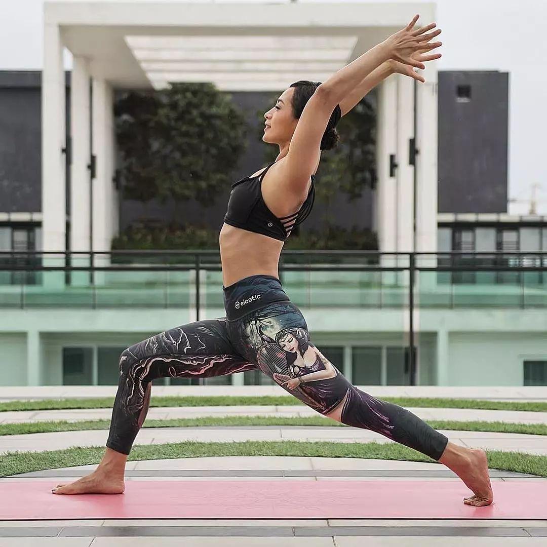 保持动作进行5-10次呼吸. 半蹲式 身体直立,双腿并拢.图片