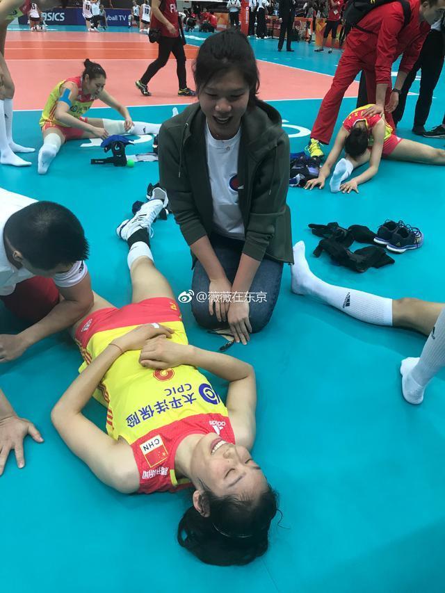 朱婷赛后累得躺在地上让队医按摩 徐云丽默默陪伴在旁