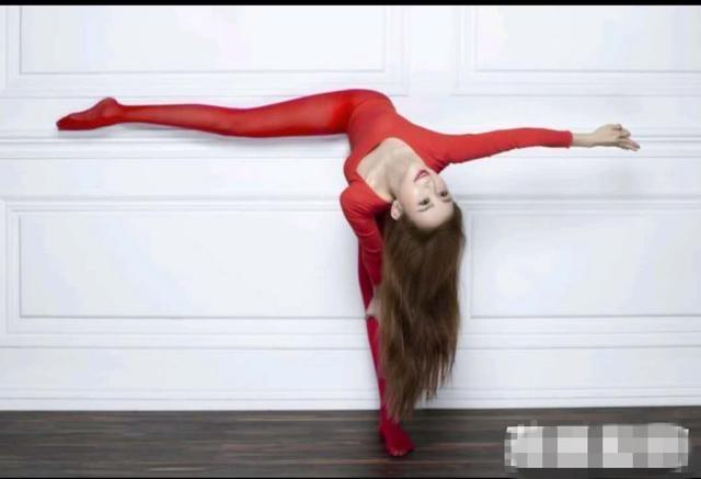 50岁萧蔷表演高难度一字马动作 美腿被折成90°直角