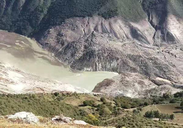 金沙江堰塞湖水位3小时上涨近2米 山体新裂缝达10公分