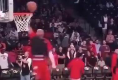 [视频]轻松!卡特昨日赛前秀单手360°劈扣