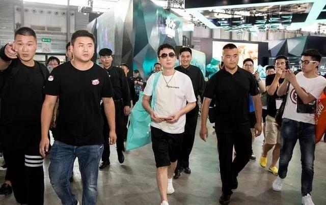 王思聪带司机保镖开四百万豪车出街,结果又被开罚单了!