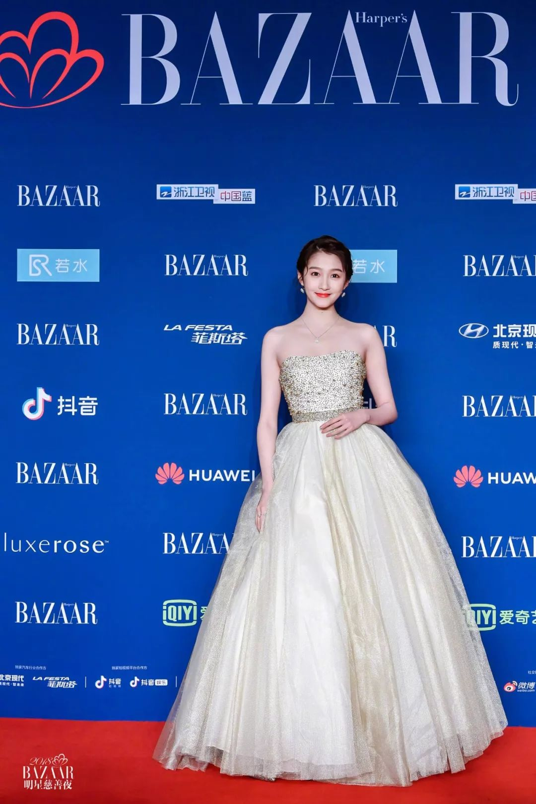 关晓彤一身金色礼服华丽亮相,如同公主裙般的超大裙摆设计,很是适合