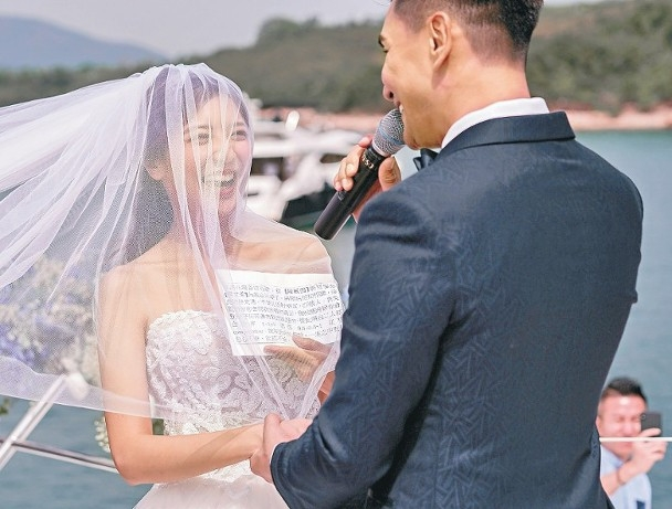 41岁TVB视帝陈展鹏结婚,与小13岁娇妻海上热吻