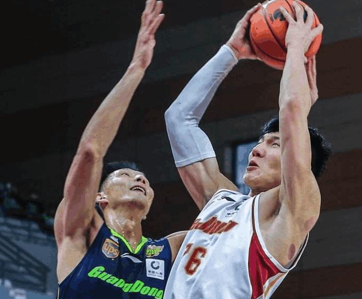 太可惜!广州内线新援闪耀NBA季前赛,朱芳雨曾有机会得到他!