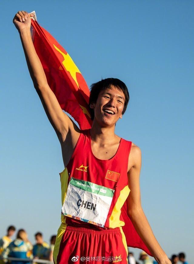 那个在电视上飞越何炅走红的中国15岁初中生,又用这一跳震惊世界