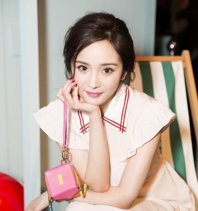杨幂出席活动未修图显老!穿粉色连衣裙也难以找回少女感