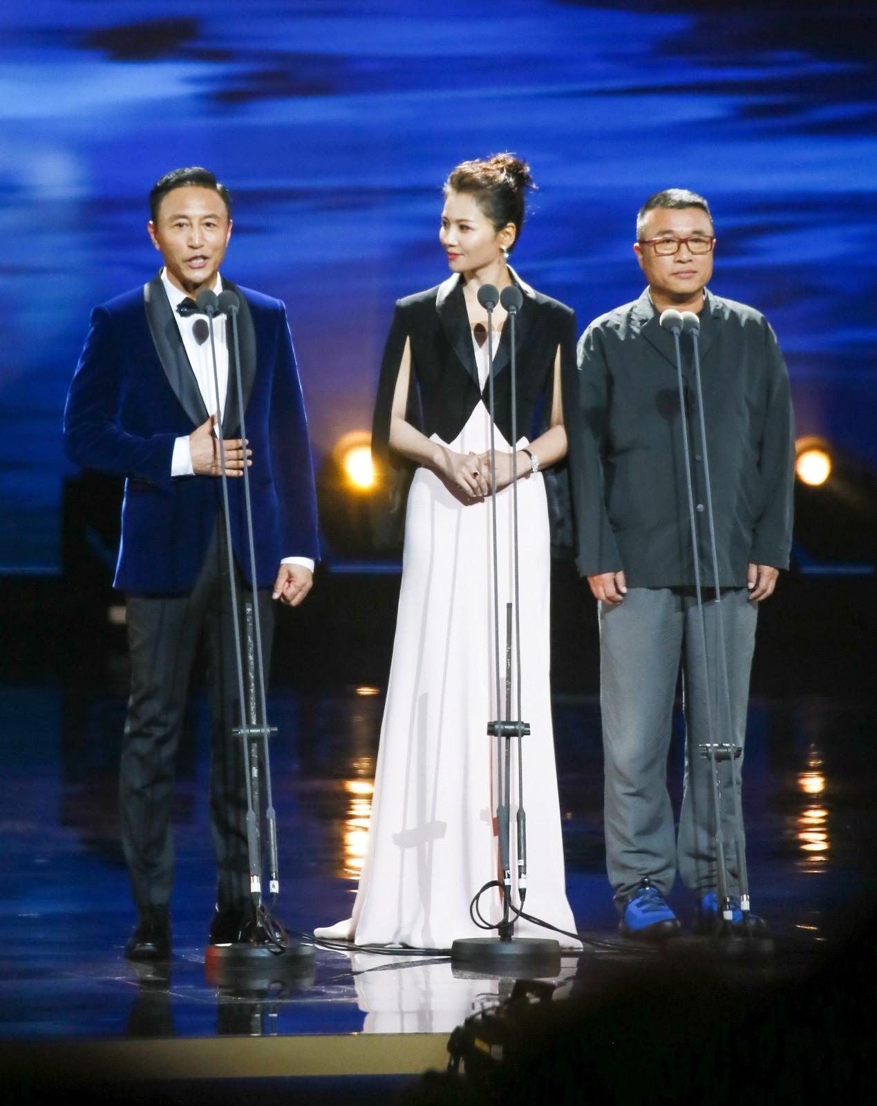 刘涛西装披肩配长裙优雅迷人 携手王洛勇、康洪雷登台颁奖