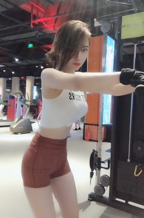 安泰娱乐:健身房里的网红女主播香汗淋漓释
