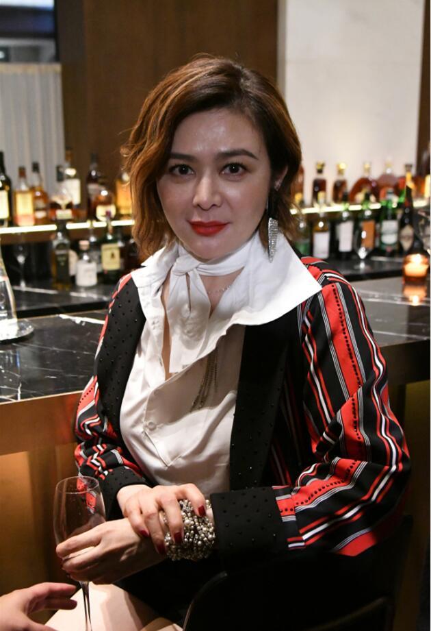 56岁的关之琳参加活动被嫌弃,网友:膝盖惨不忍睹