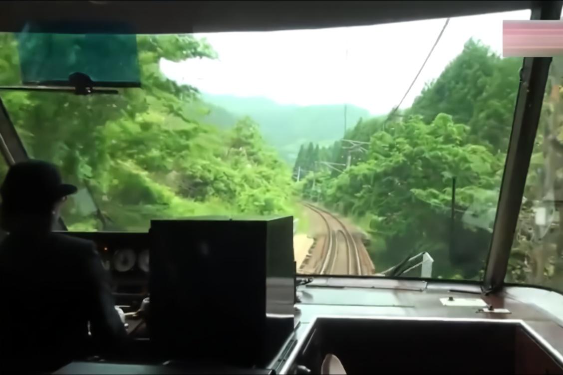 日本女司机驾驶列车前行,这车前视野真广阔