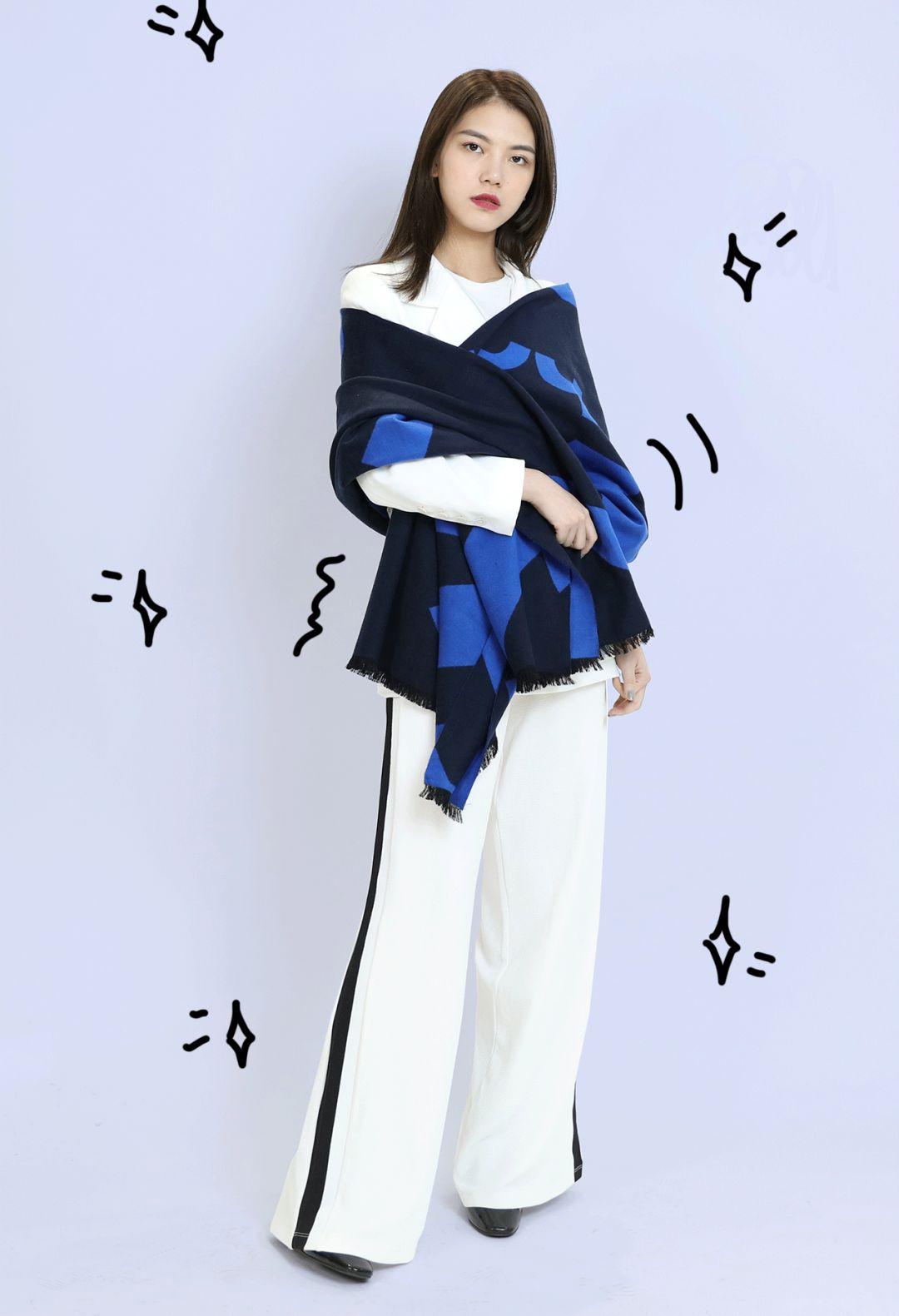 [查看全文]这些经典的纯色围巾作为配饰单品