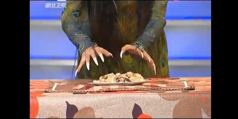杨丽萍吃手抓饭,因长指甲无从下手,她的反应亮了 - 子泳 - 子泳WZ的博客