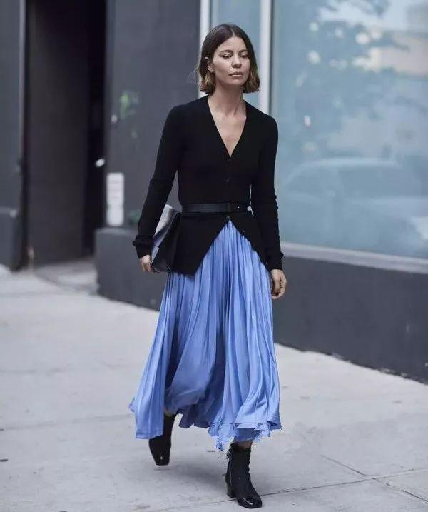 在裙装的选择上,针织开衫可以搭配超长的百褶裙