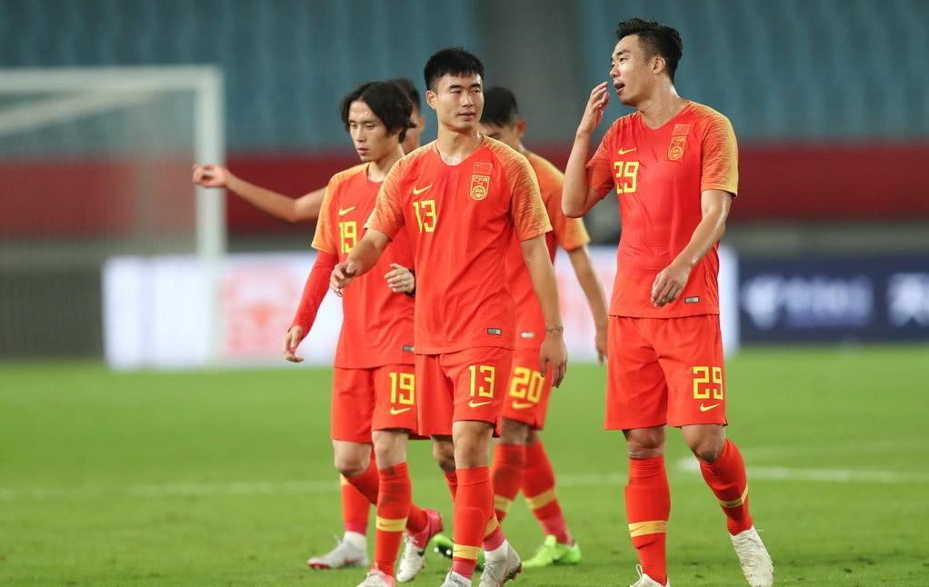 中国魔笛终迎国足首秀!登场3分钟染黄 球迷却应该为他点赞