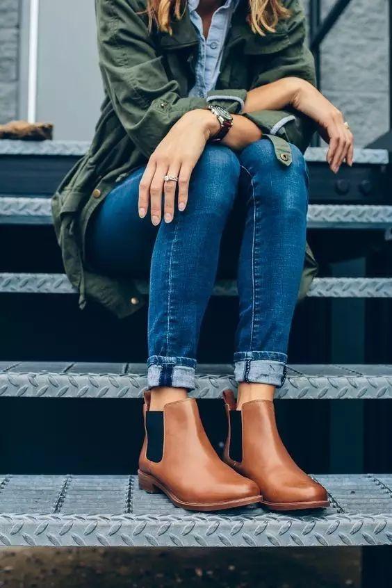 松紧带,厚鞋跟,尖头是切尔西靴的三大要素.