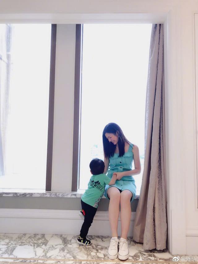 怎么回事?陈晓夫妇罕有同台却表现生疏,陈妍希全程用笑掩饰尴尬