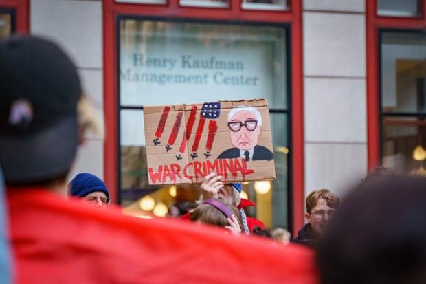 """基辛格演讲中遭抗议 被指控犯""""种族灭绝罪"""""""