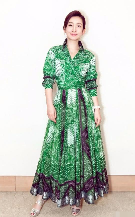 """40岁秦海璐也时髦竟穿一条""""雪碧裙""""简直是透心凉心飞扬!"""
