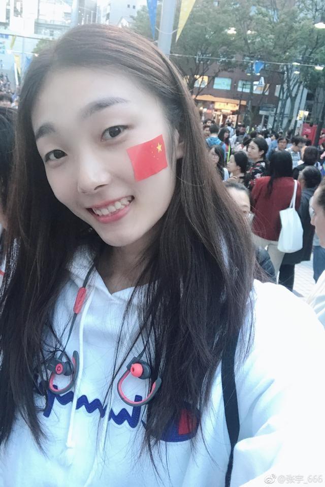 一笑倾城!中国女排一女神惊艳世锦赛看台,脸上贴国旗美出新高度