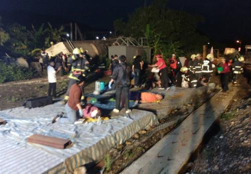 乘客称事发前广播有引擎故障 司机说曾碾过不明物