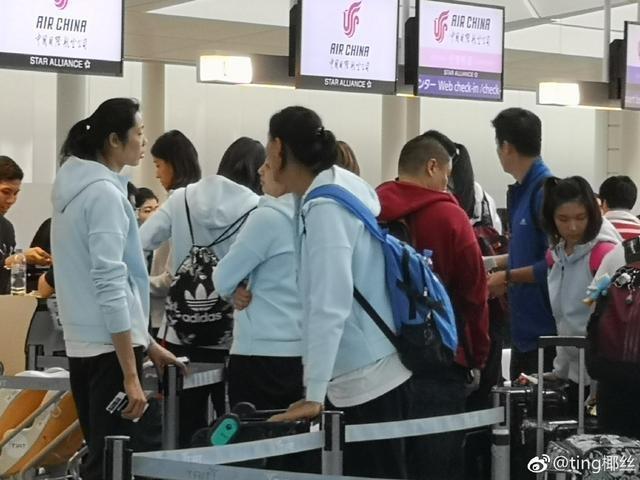 魏秋月在机场巧遇中国女排,光顾着与队员热聊让助教老公一脸委屈