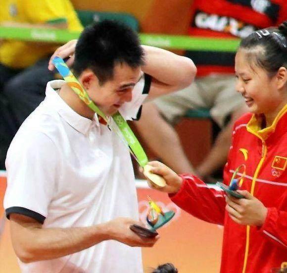 郎才女貌太般配!中国女排一女神与最帅助教甜蜜互动,被喊话在一起