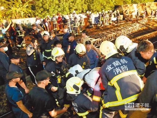 搜救人员在事故现场以接力方式将遗体送出。台湾《中国时报》记者王英豪摄