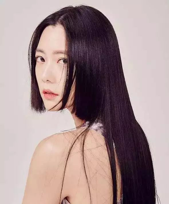 它是日本动漫女主的常备发型,将耳边两缕头发剪到齐腮位置,剩下的头发图片