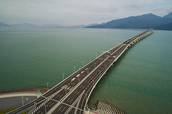 一桥越沧海 写在港珠澳大桥开通之际
