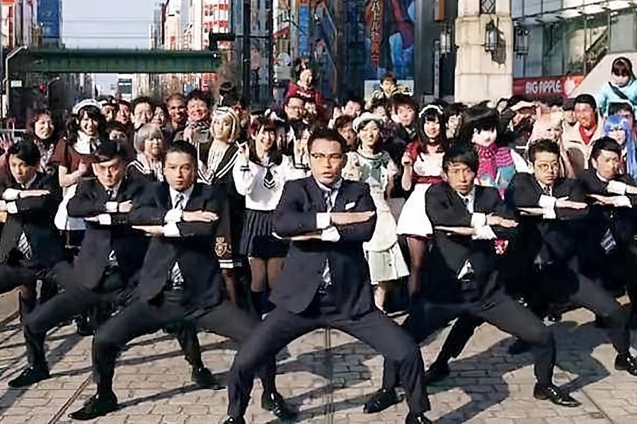 """日本西装""""怪叔叔""""惊现街头,齐跳机械舞众人围观!舞团走红日本"""