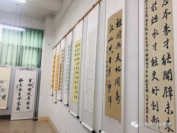 """本次书法,绘画展以""""美绘新时代,共筑中国梦""""为主题."""