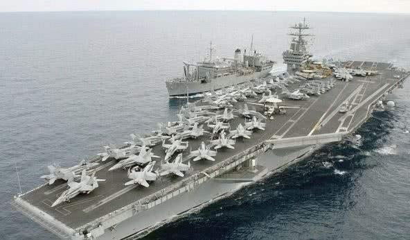 伊朗快艇冲向英军最强驱逐舰 英舰开枪示警后撤退
