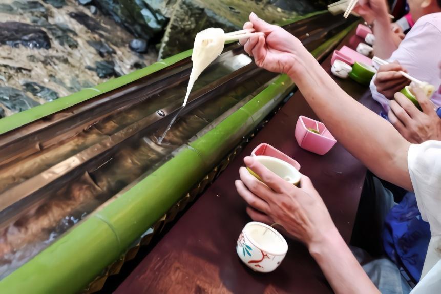 日本这种面装在竹子里,面团最长流出2公里,你想去抢着吃吗?