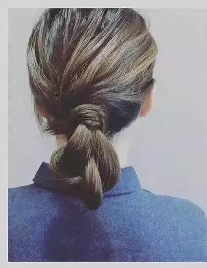 盘发步骤图解: 1,首先将头发分成两份,一边多,一边少,多的一边扎成