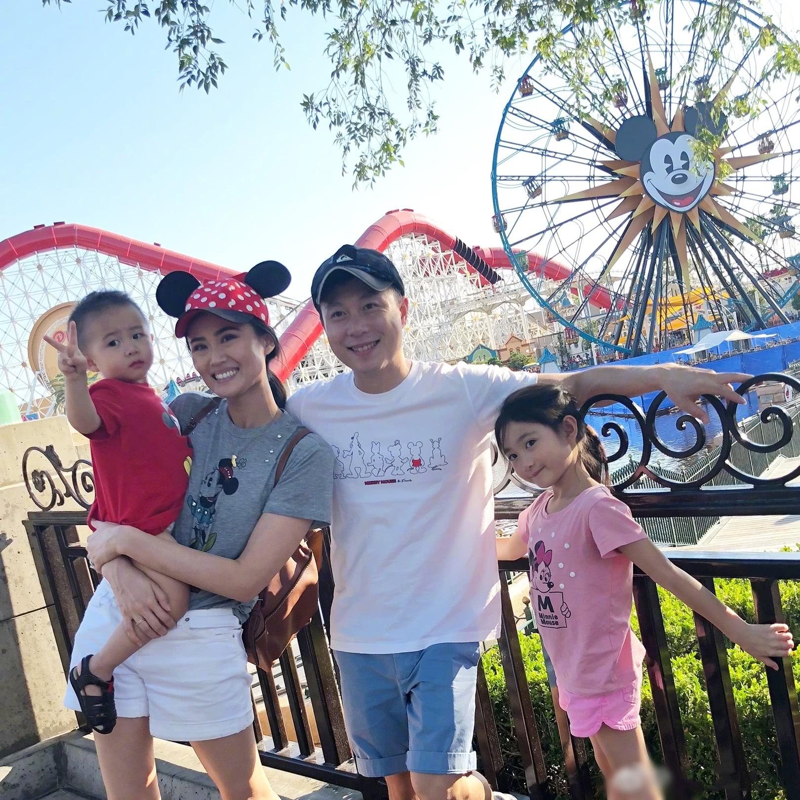 李小鹏一家邀请员工游迪士尼,弟弟霸道总裁既视感