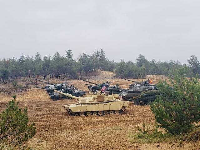 北约四大主战坦克集结大国边境 1小时就能冲进来