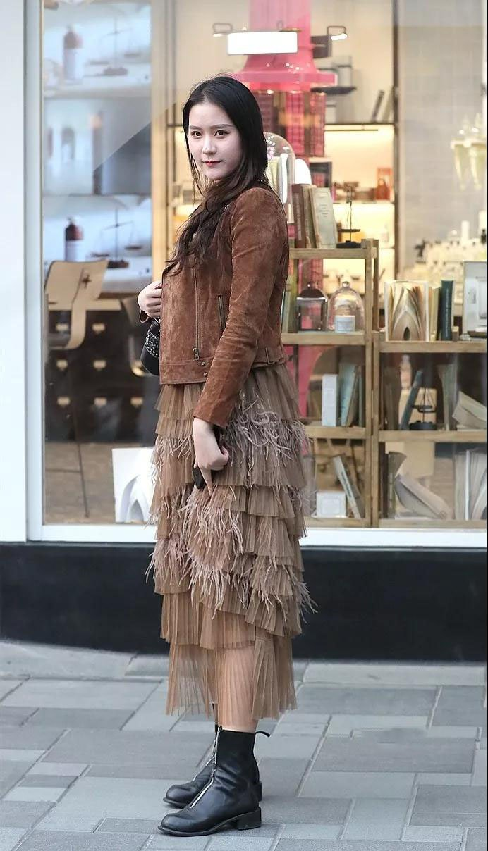 街拍性感:姐姐丰腴的性感搭配小姐长筒靴,身材黑丝随v性感高级酒店拍美女紧身图片