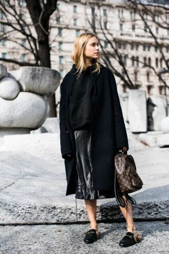 搭配温柔的针织长裙, 则能露出纤细脚踝, 打造看起来很瘦的视觉效果.