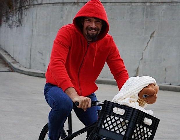 罗宾-洛佩斯赛前扮演电影《E.T.》主角骑单车入场,建银国际,建龙钢铁,开业典礼主持词,恋臀者,恋臀网,恋熟吧