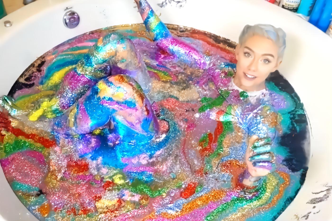美女在50瓶闪光粉中泡澡,画面美极了,网友:小姐姐很时髦